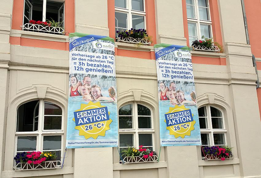 Großformatiges Digitaldruck-Werbebanner am Rathaus in Templin