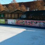 Schilder für Bande der Eisbahn auf dem Markt